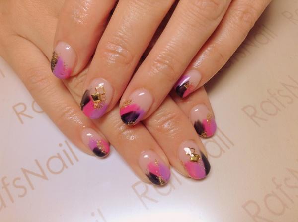 パープル、ピンク、黒、ゴールドラメの4色で全て指を塗りかけアートをしました(^◇^)